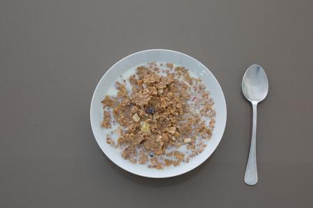 Eine frische Schüssel ok Getreide in kalter Milch Standard-Bild - 63039883