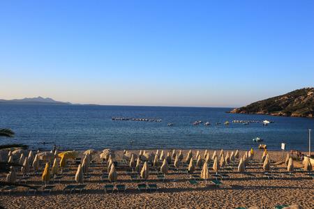 Ein leerer Strand nach Sonnenuntergang, in Sardinien, Italien Standard-Bild - 63039890