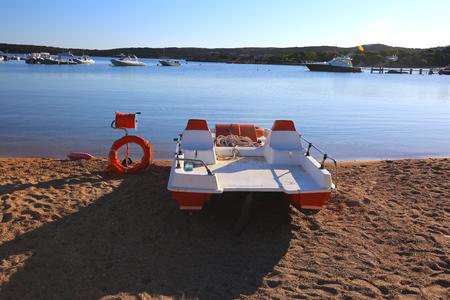 Ein Rettungsschwimmer Boot und Boje am Strand in Italien Standard-Bild - 63039891