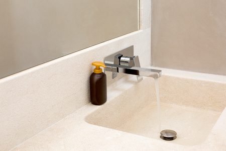 Granit-Badezimmer Waschbecken mit Seife Standard-Bild - 63039892