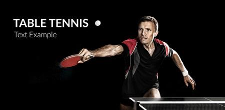 Portrait des jungen Mannes Tennis spielen auf schwarzem Hintergrund