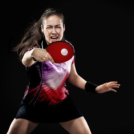 Portrait des jungen Mädchens Tennis spielt auf schwarzem Hintergrund