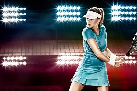 Schönes Mädchen Tennisspieler mit einem Schläger auf dunklem Hintergrund Wiht Lichter