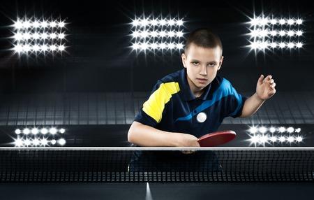 ping pong: Retrato de niño que juega a tenis en el fondo Negro