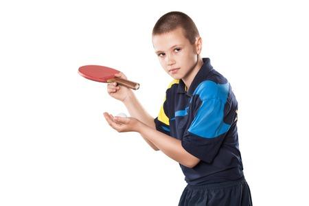 ping pong: Retrato de niño que juega a tenis en fondo blanco aislado