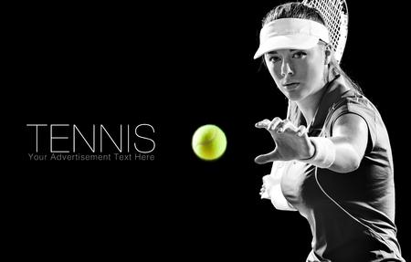 검정색 배경에 고립 된 라켓과 아름 다운 여자 테니스 선수의 초상화