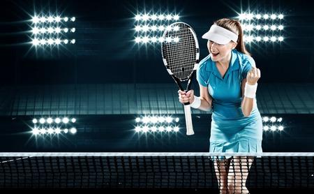 완벽한 승리를 축하하는 어두운 배경과 조명에 라켓과 아름다운 소녀 테니스 선수