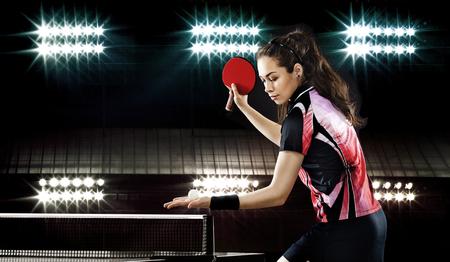 Portrait der jungen Frau, die Tennis spielen auf schwarzem Hintergrund mit Licht Lizenzfreie Bilder