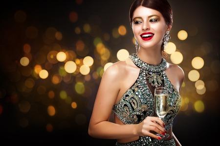 シャンパン グラス - 聖バレンタインの日のお祝いがあるイブニング ドレスの女性。新しい年と Chrismtas