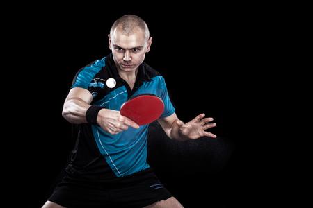젊은 스포츠 남자 테니스 선수 검정색 배경에 놀이. 액션 샷.