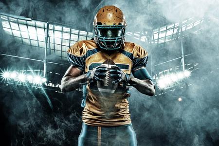 Amerikaanse voetbal sportman speler op stadion met lichten op de achtergrond Stockfoto