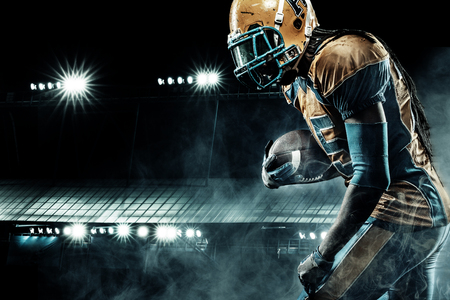 Amerikaanse voetbal sportman speler op het stadion rennen in actie Stockfoto