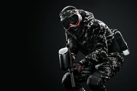무거운 마스크 된 페인트 볼 군인 검은 배경에 고립. 광고 개념입니다.