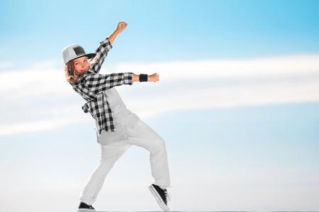 Mode enfant danser sur fond de ciel. Banque d'images - 81036112