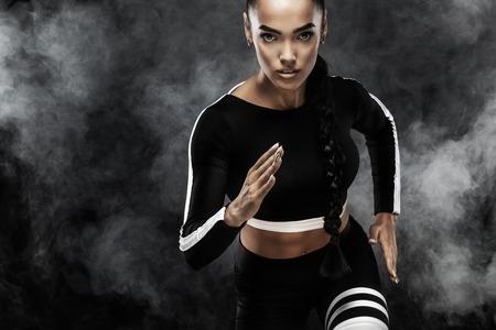 Eine starke athletische, Frau Sprinter, Lauf. Mädchen, das im Sportkleidungs-, Eignungs- und Sportmotivationskonzept mit Kopienraum trägt.