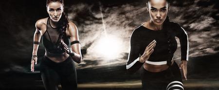 Una fuerte atleta atlética, mujer, corriendo al aire libre usando la ropa deportiva, la aptitud física y la motivación deportiva. Concepto de corredor con espacio de copia. Foto de archivo