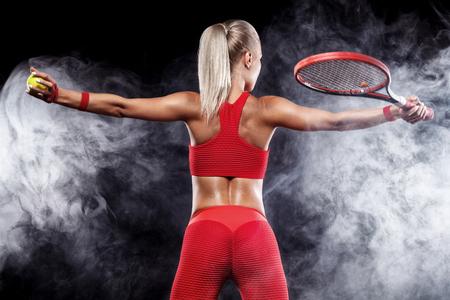 Schöner blonder Sportfrauentennisspieler mit Schläger im roten Kostüm den Sieg feiernd Lizenzfreie Bilder