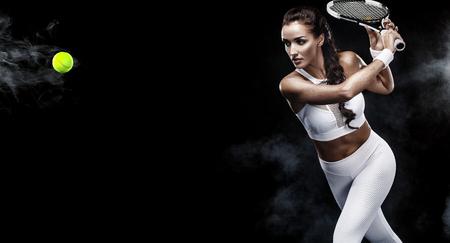 Schöner Sportfrauentennisspieler mit Schläger im weißen Sportkleidungskostüm Lizenzfreie Bilder
