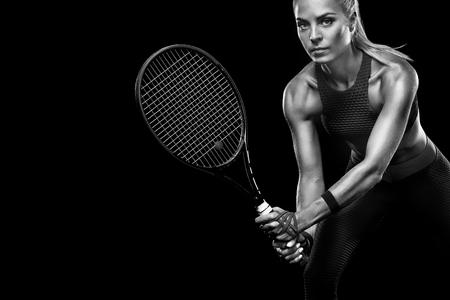 빨간 의상으로 라켓과 아름다운 금발의 스포츠 여자 테니스 선수