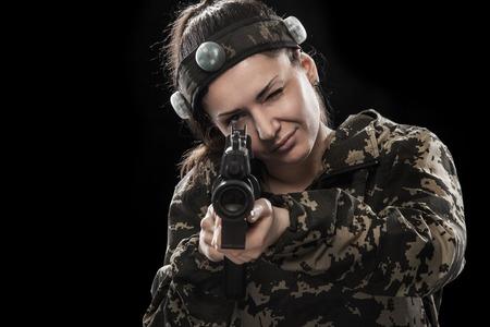 Schwer bewaffneter maskierter Soldat lokalisiert auf schwarzem Hintergrund. Paint Ball und Laser-Tag-Sport-Spiele.