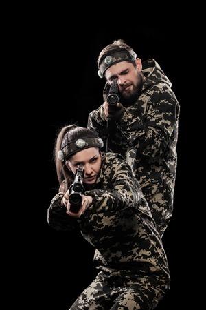 Stark bewaffnete maskierte Soldaten auf schwarzem Hintergrund isoliert. Paint Ball und Laser-Tag-Sport-Spiele.