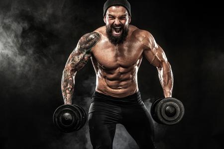 Mięśniowa młoda sprawność fizyczna sportów mężczyzna trening z dumbbell w sprawności fizycznej gym Zdjęcie Seryjne