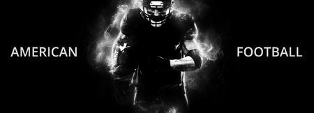 Sportlerspieler des amerikanischen Fußballs auf dem schwarzen Hintergrund, der in Aktion läuft. Sport Wallpaper mit Exemplar. Standard-Bild