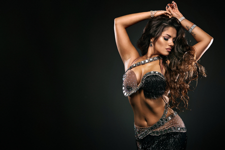 Portret van mooie vrouw, traditionele ballydance danseres. Etnische dans. Buikdansen. Stammen dansen. Stockfoto