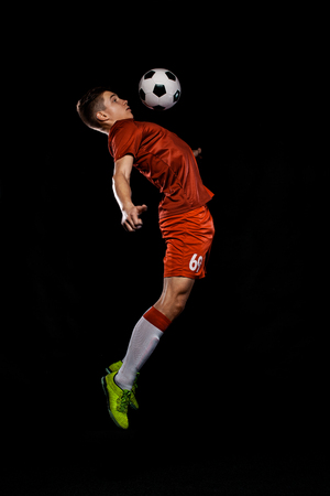Adolescente - calciatore. Ragazzo in abiti sportivi da calcio dopo la partita con la palla. concetto di sport. Archivio Fotografico