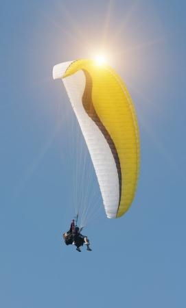 parapente: paragliding vlucht tegen een heldere blauwe hemel Stockfoto