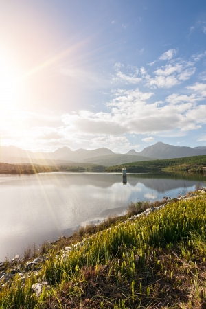 waterbesparing: man maakte waterconservering dam in bergachtige omgeving Stockfoto