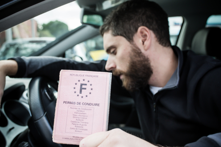 Man show his license driver Stockfoto