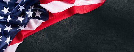 在黑暗的木桌背景的美国旗子