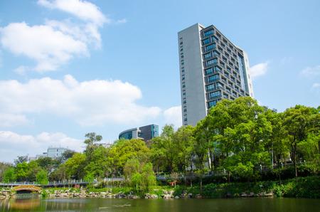 Edificios bajo el cielo azul Foto de archivo - 41359395