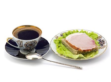 杯のコーヒーとサンドイッチ プレート。白の背景 写真素材