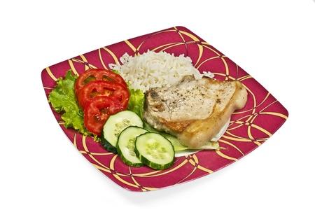肉と野菜と赤色のプレートにご飯
