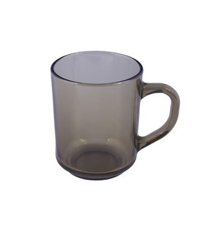 白い背景の上のガラスのコップ