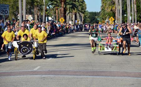 베니스, 플로리다 -10 월 18 일 : 경쟁자 베니스에서 10 월 18 일에 베니스에서 11 월 연간 베니스 태양 Fiesta 침대 레이스에서 경쟁에서 침대를 추진하는 플