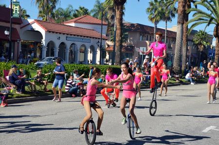 베니스, 플로리다 -10 월 18 일 : Unicyclers와 마술사는 베네치아 플로리다에서에서 2014 년 10 월 18 일에 연간 베니스 일요일 피에스타 퍼레이드의 일환으로 에디토리얼