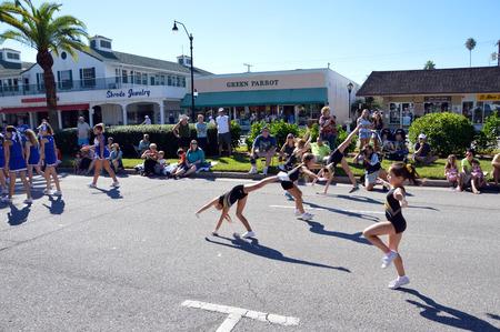 베니스, 플로리다 -10 월 18 일 : 여자의 그룹 체조 점프 및 tumbles 베일리스 플로레스에서에서 2014 년 10 월 18 일에 연간 베니스 태양 Fiesta 퍼레이드의 일 에디토리얼