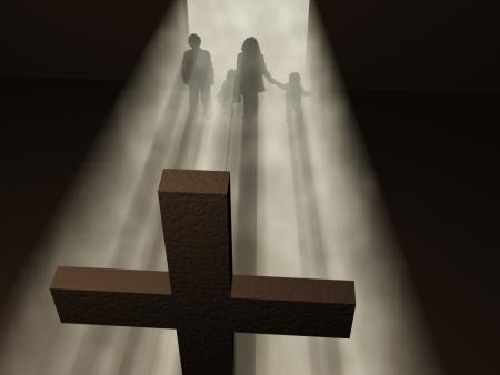 family praying: la familia frente a una cruz Foto de archivo