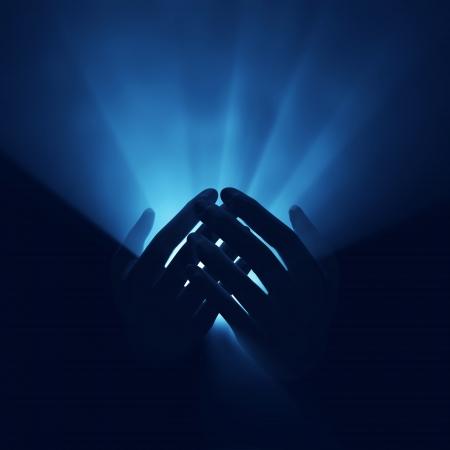 betende h�nde: Licht in die H�nde, magische Energie Lizenzfreie Bilder