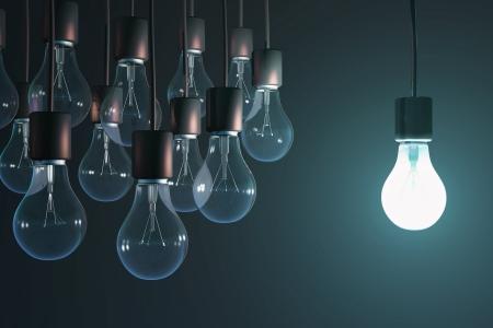 leuchtende Glühbirne unter den grauen