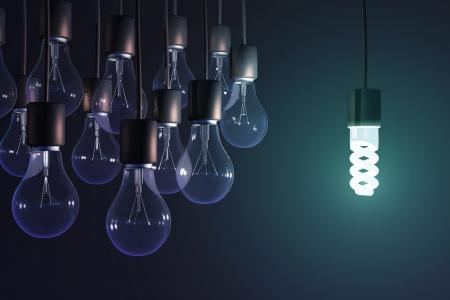 Energiesparlampe unter den grauen Glühlampe