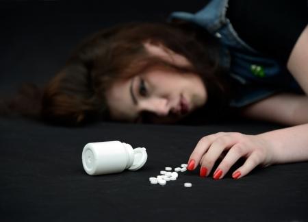 sobredosis: chica con sobredosis de píldoras