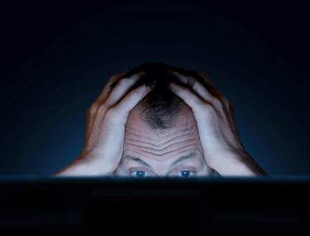 persona confundida: desafíos de trabajar en un ordenador