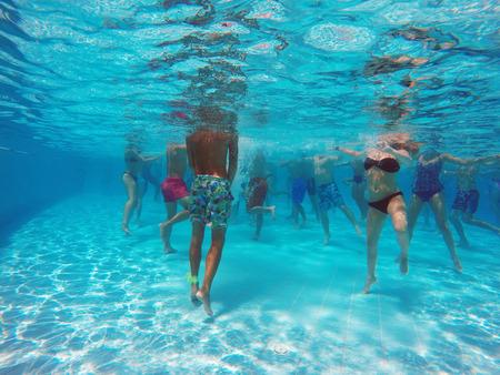 fitness: hidroginástica na piscina