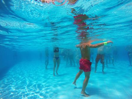 aeróbic acuático en la piscina Foto de archivo