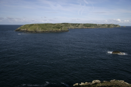 skomer island: Skomer Island from the mainland in Pembrokeshire, Wales