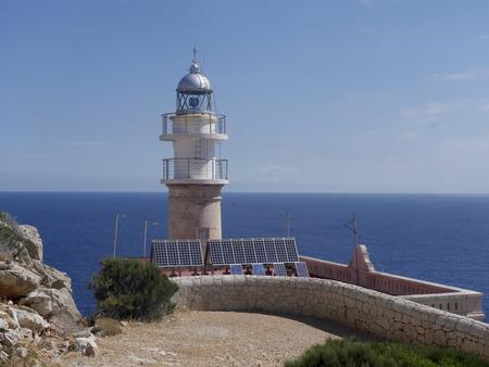 lejos: Lejos de Tramuntana, la isla de Dragonera, sitio de observaci�n de aves, Mallorca, junio 2015 Foto de archivo